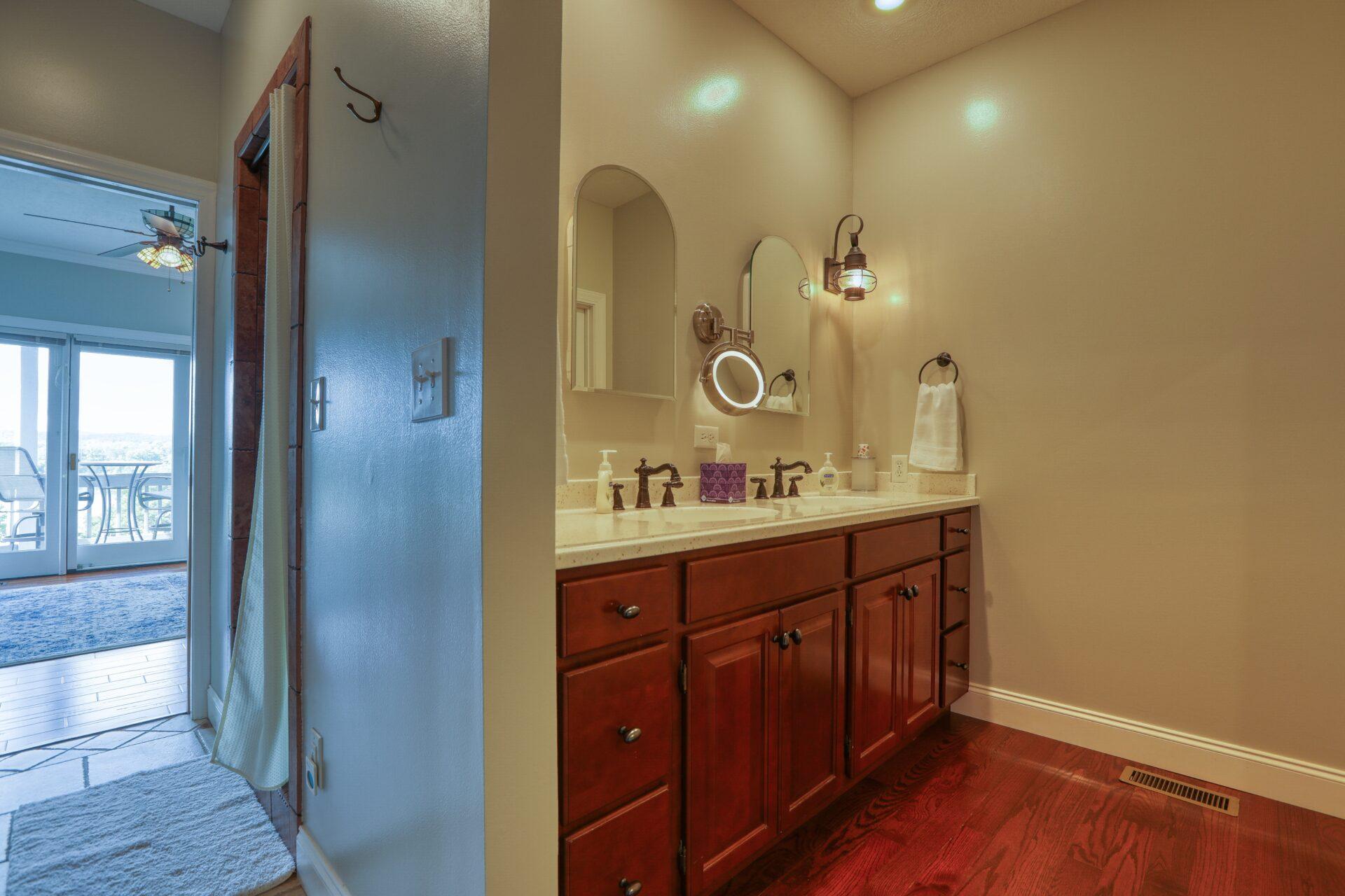 king suite vanity (2)